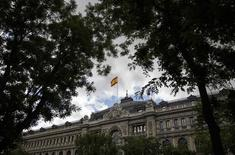 En la imagen, una bandera española ondea sobre el Banco de España, 23 de mayo de 2014. Los precios al consumidor en España subieron un 0,2 por ciento en mayo frente al mismo mes del año anterior, según datos del Instituto Nacional de Estadística reportados el viernes. REUTERS/Andrea Comas