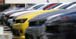 General Motors a annoncé vendredi de nouveaux rappels, principalement aux Etats-Unis, portant sur des Chevrolet Camaro de dernière génération, et concernant au total 511.528 véhicules. /Photo prise le 1er avril 2014/REUTERS/Mario Anzuoni