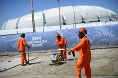 Operários trabalham do lado de fora da Arena das Dunas, em Natal. 12/06/2014 REUTERS/Dylan Martinez
