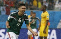 Jogador mexicano Oribe Peralta celebra gol contra Camarões, na Arena das Dunas, em Natal. 13/6/2014 REUTERS/Jorge Silva