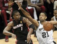 Miami Heat's Chris Bosh (L) passes past San Antonio Spurs' Tim Duncan during the first quarter in Game 2 of their NBA Finals basketball series in San Antonio, Texas, June 8, 2014. REUTERS/Mike Stone