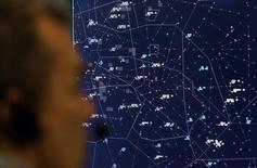 An air traffic Les brèves disparitions sur les écrans radar de dizaines d'avions de ligne ces derniers jours en Autriche, en Allemagne, en République tchèque et en Slovaquie pourraient être liés à des exercices militaires de simulation de guerre électronique. /Photo d'archives/REUTERS/Alex Grimm