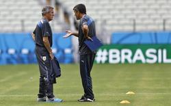 Técnico da seleção do Uruguai, Oscar Tabárez (esquerda), fala com assistente técnico durante treino em Fortaleza. 13/6/2014 REUTERS/Dominic Ebenbichler