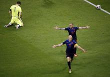 Jogadores holandeses Arjen Robben e Wesley Sneijder celebram gol enquanto goleiro espanhol Iker Casillas lamenta, em partida na Arena Fonte Nova, em Salvador. 13/6/2014 REUTERS/Fabrizio Bensch