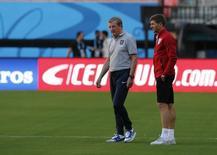 Técnico da Inglaterra Roy Hodgson (esquerda) e o capitão Steve Gerrard inspecionam gramado da Arena Amazônia, em Manaus. 13/6/2014 REUTERS/Andres Stapff