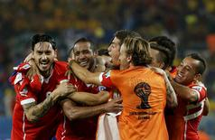 Chile's Jean Beausejour (2nd L) celebrates with teammates after scoring a goal against Australia during their 2014 World Cup Group B soccer match at the Pantanal arena in Cuiaba June 13, 2014.  REUTERS/Eric Gaillard