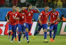 Jogador chileno Jorge Valdívia (à frente) celebra gol junto a colegas de equipe, durante partida contra a Austrália na Arena Pantanal, em Cuiabá. 13/6/2014  REUTERS/Eric Gaillard