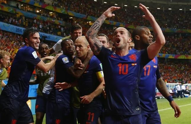 Arjen Robben of the Netherlands (C) is congratulated by his teammates after he scored a goal against Spain during their 2014 World Cup Group B soccer match at the Fonte Nova arena in Salvador June 13, 2014. REUTERS/Tony Gentile