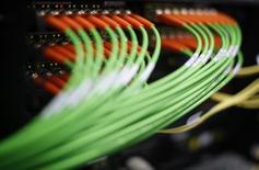 La FCC, l'autorité fédérale américaine des télécommunications, a annoncé vendredi l'ouverture d'une enquête sur les accords entre les fournisseurs de contenus, comme Netflix, et les fournisseurs d'accès internet (FAI), comme Verizon ou Comcast, pour tenter d'établir s'ils pénalisent certains consommateurs en ralentissant les téléchargements. /Photo d'archives/REUTERS/Lisi Niesner