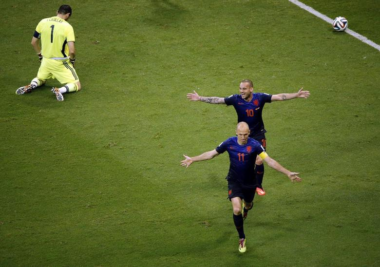 Arjen Robben and Wesley Sneijder of the Netherlands celebrate after scoring against Spain's goalkeeper Iker Casillas during their 2014 World Cup Group B soccer match at the Fonte Nova arena in Salvador June 13, 2014. REUTERS/Fabrizio Bensch