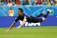 Robin van Persie marca gol da Holanda contra a Espanha em Salvador.  REUTERS/Michael Dalder