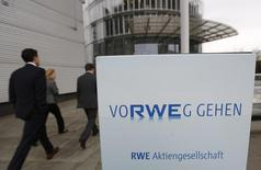 Le ministère allemand de l'Economie enquête sur la cession de DEA, la filiale d'hydrocarbures de RWE, à un groupe d'investisseurs emmenés par l'oligarque russe Mikhaïl Fridman. /Photo d'archives/REUTERS/Ina Fassbender