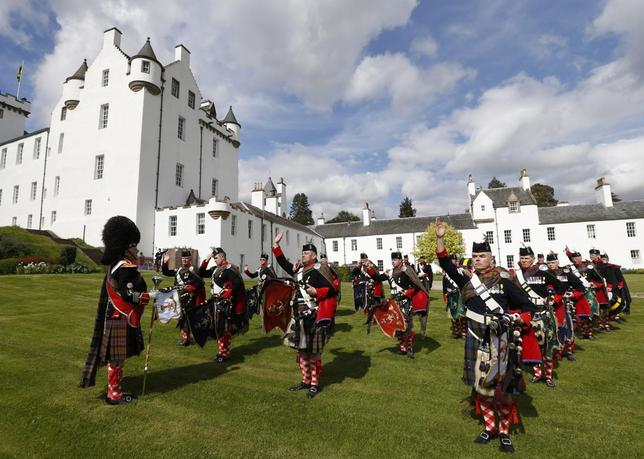 The Drum Major briefs the Atholl Highlanders pipe band for the annual parade at Blair Castle, Blair Atholl in Scotland May 24, 2014.  The Atholl Highlanders are Europe's only legal private army.    REUTERS/Russell Cheyne