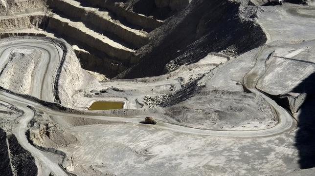 Barrick's Zaldivar copper mine is pictured in the foothills of the Antofagasta region, 1400 km (870 miles) north of Santiago, Chile April 15, 2013. REUTERS/Julie Gordon