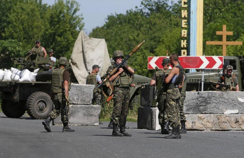 Ukrainian servicemen stand guard at a checkpoint near the town of Amvrosievka, in Donetsk region June 5, 2014.   REUTERS/Maxim Zmeyev