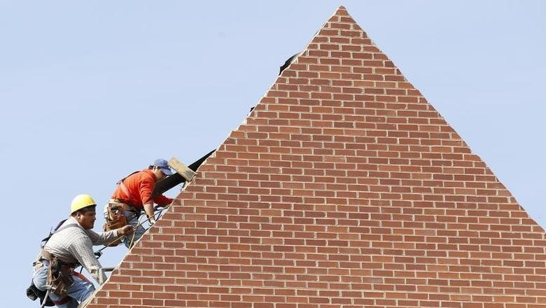 Builders work on the roof of a new housing construction site in Alexandria, Virginia October 17, 2012. REUTERS/Kevin Lamarque