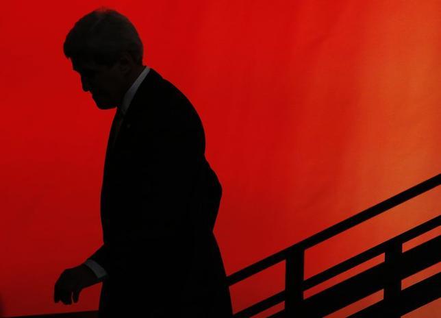 6月16日、ケリー米国務長官は、イラク政府を支援するため空爆を選択肢として検討していると表明した。写真はロンドンで13日撮影(2014年 ロイター/Luke MacGregor)