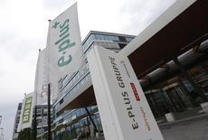La Commission européenne donnera son aval à l'offre de 8,6 milliards d'euros de Telefonica sur E-Plus, filiale allemande de KPN, l'opérateur espagnol s'étant engagé à céder 20% du réseau combiné à des opérateurs virtuels, selon deux sources proches du dossier. /Photo d'archives/REUTERS/Wolfgang Rattay