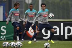 Portugal's national soccer team players Pepe (R), Nani (C), and Fabio Coentrao attend a team practice session in Florham Park, New Jersey June 9, 2014.    REUTERS/Mike Segar