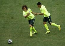 Thiago Silva e David Luiz em treino da seleção em Fortaleza. 17/06/2014 REUTERS/Mike Blake