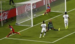 Jogador Clint Dempsey (esquerda) comemora gol dos Estados Unidos no começo da partida contra Gana, na Arena das dunas, em Natal. 16/6/2014 REUTERS/Carlos Barria