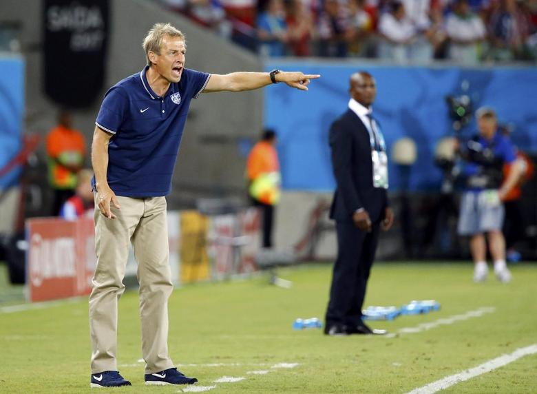 U.S. coach Juergen Klinsmann (L) shouts instructions to his players during their 2014 World Cup Group G soccer match against Ghana at the Dunas arena in Natal June 16, 2014. REUTERS/Stefano Rellandini