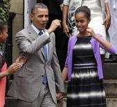 En la foto, el presidente Obama (I) y sus hijas Malia (D) y Sasha en Washington el 31 de marzo de 2013. Malia Obama, la hija mayor del presidente de Estados Unidos, trabajó como asistente de producción por un día en el estudio de un programa de televisión de la cadena CBS en el que aparece la actriz ganadora del Oscar Halle Berry, según el sitio web de entretenimiento TheWrap. REUTERS/Yuri Gripas