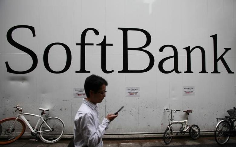 A man walks past a Softbank Corp branch in Tokyo October 28, 2012. REUTERS/Yuriko Nakao