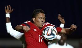 Jogador colombiano Carlos Bacca disputa a bola com o jogador de Senegal Diwandu Niang Diagne durante amistoso pré-Copa em Buenos Aires. 31/05/2014.  REUTERS/Marcos Brindicci