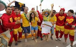 Torcedores brasileiros e do México chegam à Arena Castelão, em Fortaleza, para jogo das seleções. 17/6/ 2014.     REUTERS/Sergio Moraes