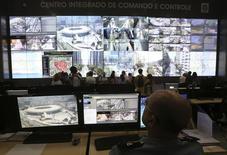 Policial observa tela mostrando o Estádio do Maracanã, em centro de segurança para a Copa do Mundo, no Rio de Janeiro. 22/01/2014 REUTERS/Arquivo/Marcelo Regua