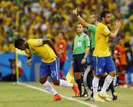 Fred (direita) é substituído por Jô em partida do Brasil contra o México, no Castelão, em Fortaleza. 17/6/2014 REUTERS/Marcelo Del Pozo