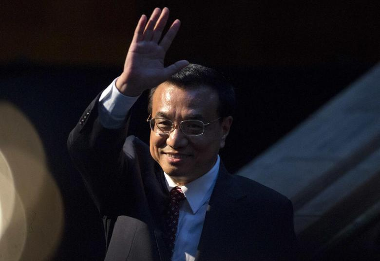 Chinese Premier Li Keqiang waves after delivering a speech at a China-Britain Business Council dinner in London June 17, 2014. REUTERS/Neil Hall
