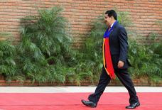 El presidente de Venezuela, Nicolás Maduro, llega a una ceremonia del G77+China en Santa Cruz de la Sierra, 15 de junio de 2014. El presidente Nicolás Maduro removió el martes del gabinete a Jorge Giordani, uno de los ideólogos de los complejos controles de cambio y precios vigentes desde hace más de una década en Venezuela, en la que sería una señal de pragmatismo de su Gobierno socialista. REUTERS/David Mercado