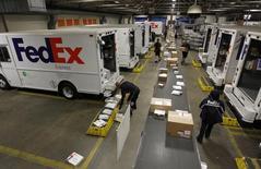 Фургоны на базе FedEx в Марина-дел-Рей, Калифорния, 12 декабря 2014 года. FedEx Corp обнародовал в среду превзошедшие ожидания квартальные результаты, достигнутые благодаря увеличению оборота подразделения наземной доставки. REUTERS/Fred Prouser