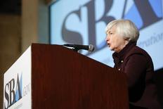 En la imagen de archivo, la presidenta de la Reserva Federal de Estados Unidos, Janet Yellen, da un discurso en una convención en Washington, el 15 de mayo de 2014. La Reserva Federal de Estados Unidos recortó el miércoles sus previsiones de crecimiento económico para este año, pero expresó confianza en que la recuperación avanza a paso firme, lo que le permitiría comenzar a subir las tasas de interés en 2015. REUTERS/Jonathan Ernst