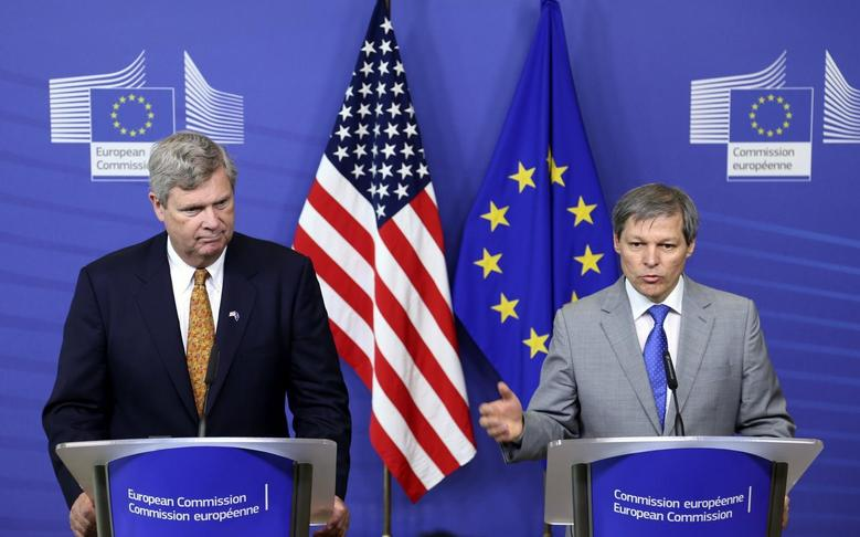 European Union Agriculture Commissioner Dacian Ciolos and U.S. Secretary of Agriculture Tom Vilsack (L) address a joint news conference after their meeting at the EU Commission headquarters in Brussels June 17, 2014.  REUTERS/Francois Lenoir