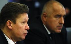Глава Газпрома Алексей Миллер (слева) и премьер-министр Болгарии Бойко Борисов на пресс-конференции в Софии 15 ноября 2012 года. Болгария будет строить газопровод Южный поток, только если он будет соответствовать законам Евросоюза, сказал наиболее перспективный кандидат на пост премьер-министра Болгарии, лидер оппозиции Бойко Борисов. REUTERS/Stoyan Nenov
