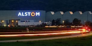 La Banque publique d'investissement (BPI) est prête à investir dans Alstom à la fois dans le scénario d'un rachat de la branche énergie par General Electric et dans celui d'une alliance avec le tandem Siemen-Mitsubishi Heavy Industries, selon une source au fait des discussions. /Photo d'archives/REUTERS/Arnd Wiegmann