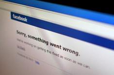 """Ilustración de una foto del error de mensaje de Facebook que apareció en los computadores, en Singapur, 19 de junio de 2014. El sitio de internet de Facebook Inc parecía encontrarse restablecido el jueves minutos después de haber mostrado el mensaje """"Lo siento, algo salió mal"""". REUTERS/Thomas White"""