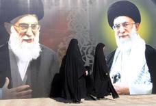En la imagen, mujeres iraníes caminan delante de un póster que muestra ilustraciones de Jameini en la plaza de Al Firdous en Bagdad el 12 de febrero de 12 de 2014. Una cuenta de Twitter que expertos iraníes creen que pertenece al líder supremo de Irán, el ayatolá Ali Khamenei, difundió un mensaje el jueves en el que acusa a extremistas suníes de querer provocar una guerra en el mundo musulmán, en comentarios aparentemente inspirados por los enfrentamientos en Irak.REUTERS/Ahmed Saad