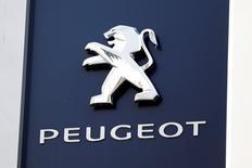 Un logo de la compañía de Peugeot fuera de un consecionario automovilístico en París, 13 de diciembre de 2014. Las acciones de la automotriz francesa PSA Peugeot Citroen subieron el jueves un 4,9 por ciento y se acercaron a niveles máximos en tres años, ampliando una escalada de la sesión anterior por los comentarios positivos del gerente de Finanzas de la compañía. REUTERS/Charles Platiau