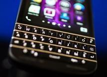 En la imagen de archivo, una Blackberry Q10 con teclado Qwerty fotografiada en la reunión de accionistas anual de Fairfax, en Toronto, el 9 de abril de 2014. BlackBerry Ltd reportó el jueves una pérdida menor a la esperada en el primer trimestre, tras implementar medidas como el recorte de gastos y otras iniciativas que empiezan a dar frutos. REUTERS/Mark Blinch