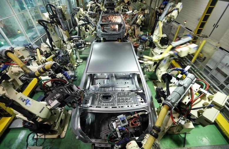 Hyundai Motor's sedans are assembled at a factory of the carmaker in Asan, about 100 km (62 miles) south of Seoul, January 22, 2013. REUTERS/Lee Jae-Won
