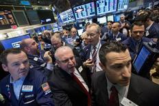Трейдеры на торгах Нью-Йоркской фондовой биржи 23 мая 2014 года. Американский индекс S&P 500 завершил торги четверга на очередном историческом максимуме на фоне сохраняющегося на рынке оптимизма, связанного с намерениями ФРС сохранить низкие ставки в течение долгого времени. REUTERS/Brendan McDermid