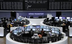 Les Bourses européennes étaient orientées en légère hausse vendredi à la mi-séance. Le CAC 40 parisien prenait 0,19% à 4571,75 points vers 10h00 GMT tandis que le Dax allemand et le FTSE britannique avançaient respectivement de 0,32% et 0,37%.  /Photo d'archives/REUTERS