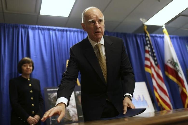 California Governor Jerry Brown prepares to depart a news conference in San Francisco, California January 17, 2014.  REUTERS/Robert Galbraith