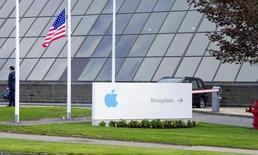 La Commission européenne a prévenu l'Irlande qu'elle pourrait s'intéresser à d'autres entreprises qu'Apple dans le cadre de l'examen en cours des pratiques fiscales du pays qui l'a conduite à ouvrir une enquête formelle sur les filiales irlandaises du fabricant de l'iPhone, selon une source au fait du dossier. /Photo d'archives/REUTERS/Michael MacSweeney
