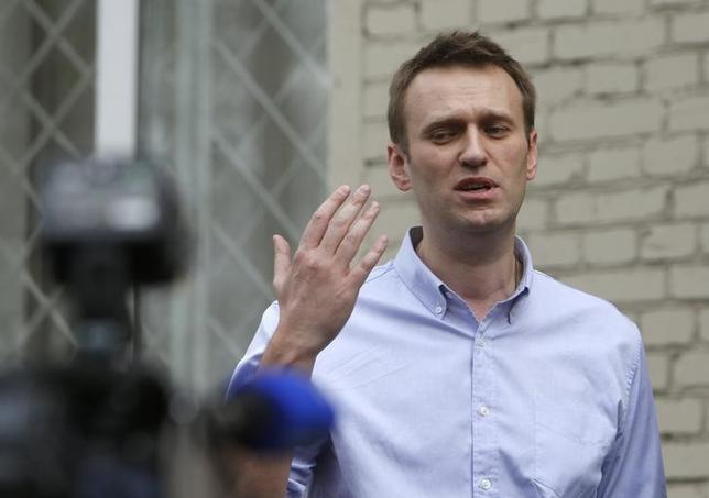 Opposition leader Alexei Navalny talks to the media after leaving a justice court building in Moscow, April 22, 2014. REUTERS/Maxim Shemetov