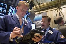 Unos operadores en la bolsa de Nueva York, jun 19 2014. Las acciones subieron el viernes en la bolsa de Nueva York, llevando al promedio Dow Jones y al índice S&P 500 a cerrar en niveles récord, en una jornada en la que los papeles de 330 compañías marcaron máximos en 52 semanas.  REUTERS/Brendan McDermid